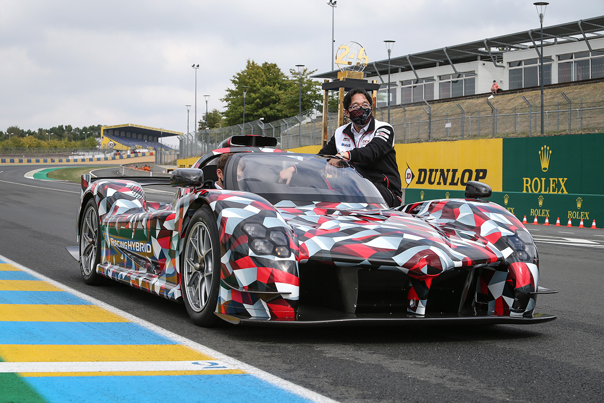 Participate in a ceremony to return the Le Mans Trophy for this year's race