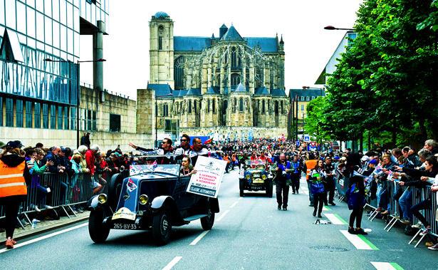 旧市街で行われるドライバーズ・パレードの様子
